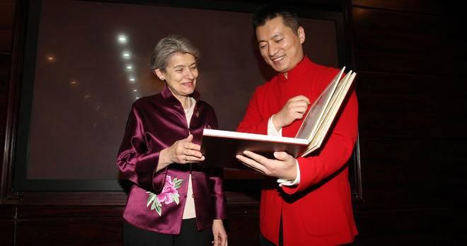 博科娃代表全球希望联盟收藏《范曾十二生肖纯银画》